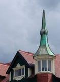 Ungewöhnliche Dachspitze auf altem Gebäude Lizenzfreie Stockfotos