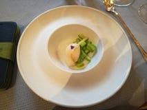 Ungewöhnliche Dekoration von Tellern im Restaurant Minimalismus, Ästhetik, Dekoration der Nahrung Langsame Nahrung stockbilder