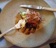 Ungewöhnliche Dekoration von Tellern im Restaurant Minimalismus, Ästhetik, Dekoration der Nahrung Langsame Nahrung stockfotografie