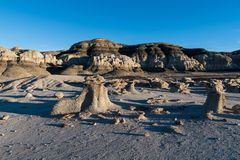 Ungewöhnliche Felsformationen bilden eine ausländische, unfruchtbare Landschaft in den Bisti-Ödländern im New Mexiko stockfotografie