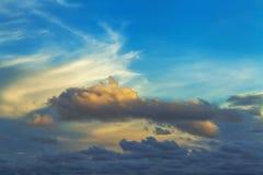 Ungewöhnliche Form der Wolke bei Abendsonnenuntergang Stockbilder