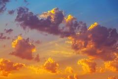 Ungewöhnliche Form der Wolke bei Abendsonnenuntergang Lizenzfreie Stockbilder