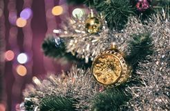 Ungewöhnliche Hemisphäre auf einem Weihnachtsbaum Stockfotos