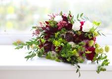 Ungewöhnliche Hochzeitszusammensetzung mit saftigen Blumen, Feige und Hopfen Lizenzfreie Stockfotos