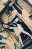 Ungewöhnliche liebevolle Hochzeitspaare an geworfenem Haus Lizenzfreie Stockfotos