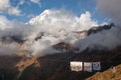 Ungewöhnliche Nebeneinanderstellung - Trocknen der Wäscherei und der Himalajaspitzen mit lizenzfreie stockfotografie