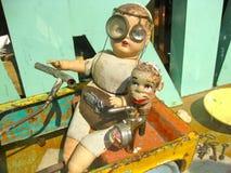 Ungewöhnliche Spielwaren in einem Antiquitätens-Speicher Stockfoto