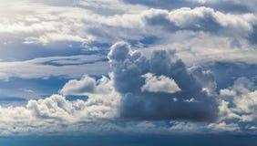 Ungewöhnliche, wunderliche Formen von Wolken im Himmel tagsüber Stockbilder