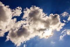 Ungewöhnliche, wunderliche Formen von Wolken im Himmel tagsüber Stockbild