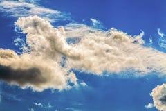 Ungewöhnliche, wunderliche Formen von Wolken im Himmel tagsüber Stockfoto