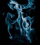 Ungewöhnliche Zeichnungen des Rauches auf einem schwarzen Hintergrund stockbild