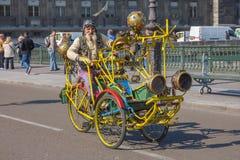 Ungewöhnlicher alter Mann mit einem Schnurrbart auf kreativem Fahrrad in Paris Stockfotos