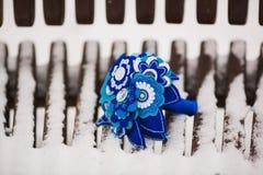 Ungewöhnlicher Hochzeitsblumenstrauß auf einer Holzbank Lizenzfreie Stockfotografie