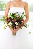 Ungewöhnlicher Hochzeitsblumenstrauß mit saftigen Blumen an den Händen eines bri Stockfotografie
