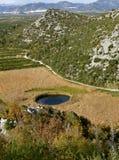 Ungewöhnlicher, kleiner See in der Form des Auges Stockfotografie