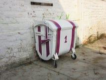 Ungewöhnlicher Müllcontainer mit Anfang Nr. 1 - (1) stockfotos