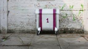 Ungewöhnlicher Müllcontainer mit Anfang Nr. 1 - (2) Stockbild