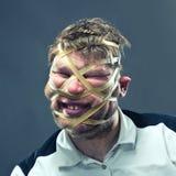 Ungewöhnlicher Mann mit Gummi auf seinem Gesicht Lizenzfreie Stockbilder