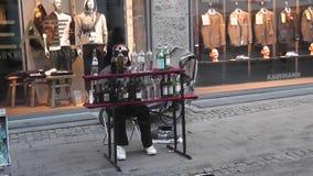 Ungewöhnlicher Musiker auf der Straße von Kopenhagen stock footage