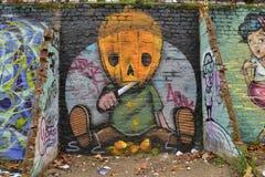 Ungewöhnlicher Selbst, der Kürbisgraffiti schnitzt Stockbild