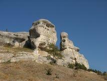 Ungewöhnlicher weißer Kalksteinfelsen auf einem Hintergrund des blauen Himmels Stockbild
