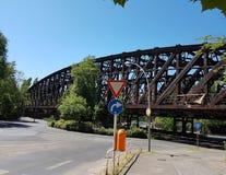 Ungewöhnliches altes der Brücke in der Stadt von Berlin stockfotografie
