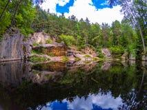 Ungewöhnliches Entscheidungohr im Stein an einem Steinbruch im Wald stockfotos