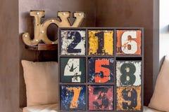 Ungewöhnliches Holzmöbel modisches Inneneinzelteil für kreatives Hauptdesign hölzerne Aufschrift Freude altes lustiges dekorative lizenzfreie stockbilder