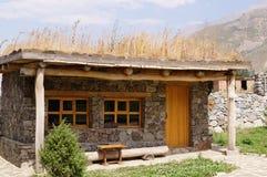 Ungewöhnliches kleines Haus in den Bergen Lizenzfreie Stockbilder