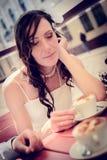 Ungewöhnliches liebevolles Hochzeitspaar im Café trinkt Cappuccino Lizenzfreie Stockfotos