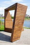 Ungew?hnliche dekorative Holzbank im Stadtpark nahe Fluss lizenzfreies stockfoto