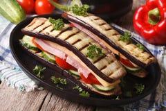 Ungewöhnliches Auberginensandwich mit Gemüse, Schinken und Käse Lizenzfreies Stockfoto