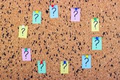 Ungewissheits- oder Zweifelskonzept, Fragezeichen auf einer klebrigen Anmerkung über KorkenAnschlagbrett lizenzfreies stockbild