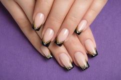 Unghia con il manicure francese nero Immagine Stock