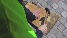 Unghia del pezzo della donna con il martello