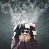 Unghia mordace dell'uomo ansioso con fumo sopraelevato Fotografie Stock Libere da Diritti