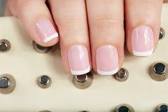 Unghie con il bello manicure francese Immagine Stock