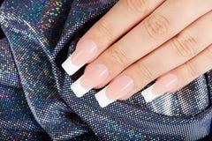Unghie con il manicure francese artificiale lungo Fotografia Stock