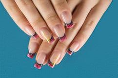 Unghie con il manicure rosso Immagini Stock