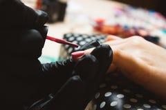 Unghie dipinte rosa fatte a mano della donna graduali Fotografia Stock Libera da Diritti