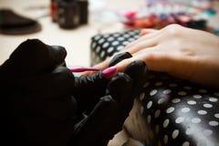 Unghie dipinte rosa fatte a mano della donna graduali Fotografie Stock Libere da Diritti