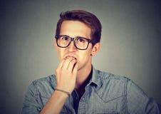 Unghie mordaci dell'uomo ansioso nervoso Fotografia Stock