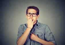 Unghie mordaci dell'uomo ansioso nervoso Fotografia Stock Libera da Diritti