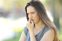 Unghie mordaci della donna nervosa all'aperto Fotografie Stock Libere da Diritti