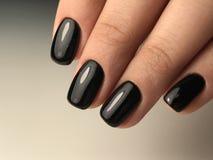 Unghie nere perfette del manicure Fotografie Stock