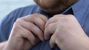 Ungkarl som knäppas upp den blåa skjortan och att förbereda sig för datum som får klart för arbete lager videofilmer