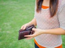 Unglückliche bankrotte Frau mit leerer Geldbörse lizenzfreie stockbilder