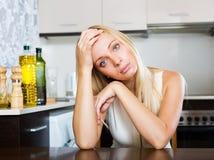 Unglückliche blonde Frau Lizenzfreies Stockbild
