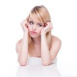 Unglückliche blonde Frau mit Kopf in den Händen Stockfoto