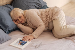 Unglückliche deprimierte Frau, die auf dem Bett liegt lizenzfreies stockfoto
